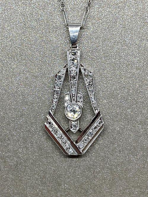 Collier pendentif Art Déco en platine et diamants