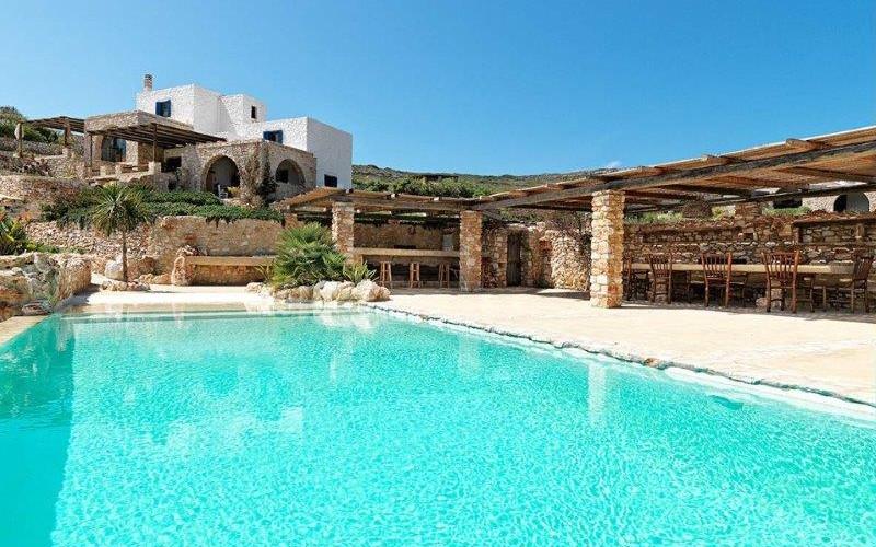 La piscine et la villa.jpg