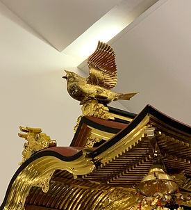 諏訪町:屋根『金色の鳩』