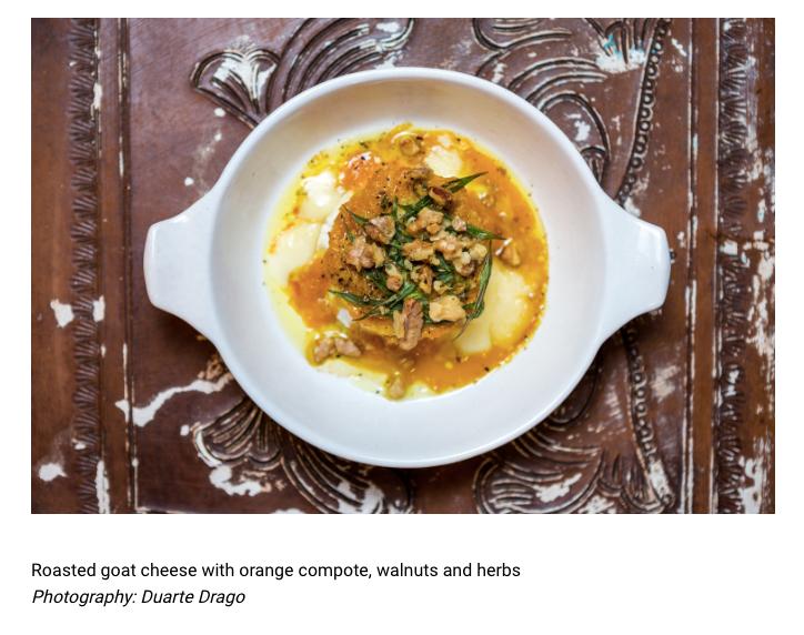 O queijo de cabra assado com compota de laranja, nozes e ervas