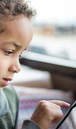 Una Lectura del muchacho en Tablet