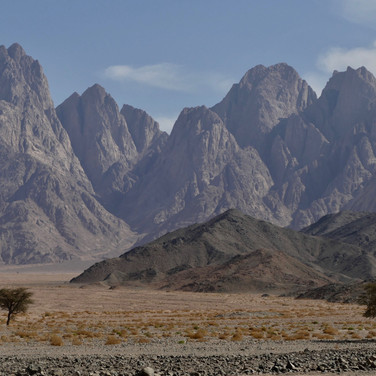 Jebel Gattar's beautiful northern summits tower above the Plain of El Radda. These tops are 1500m higher than the flatlands below.