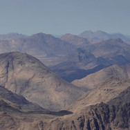 Gazing deep into the highlands of Jebel Gattar: this is the way the trail goes on the next day.