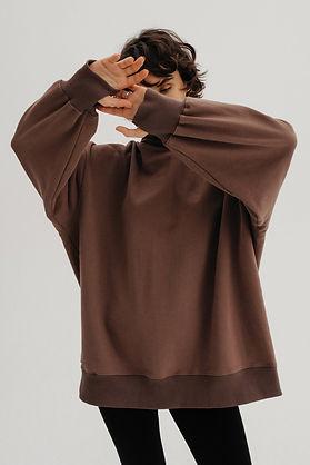 model wear hazelnut hoodie from organic cotton