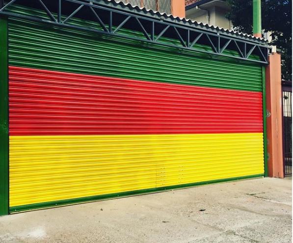 Porta de enrolar automática Gradini com pintura eletrostática das cores da bandeira do Rio Grande o Sul.
