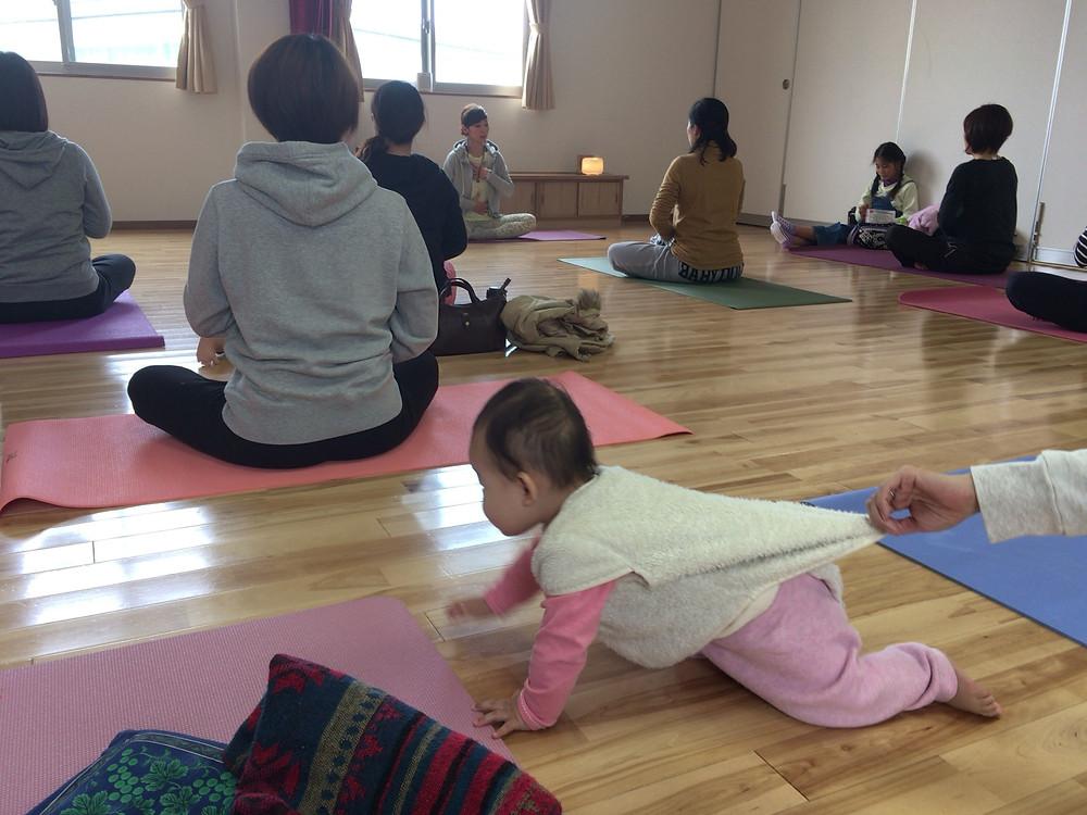 ハイハイで動き回る赤ちゃん yogaclass