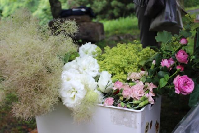 花の冠を作る生花