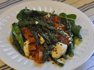 Salada de abóbora assada, aspargos e queijo de cabra.