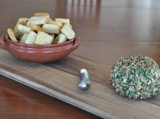 Petisco: Queijo cremoso com crosta de castanhas!