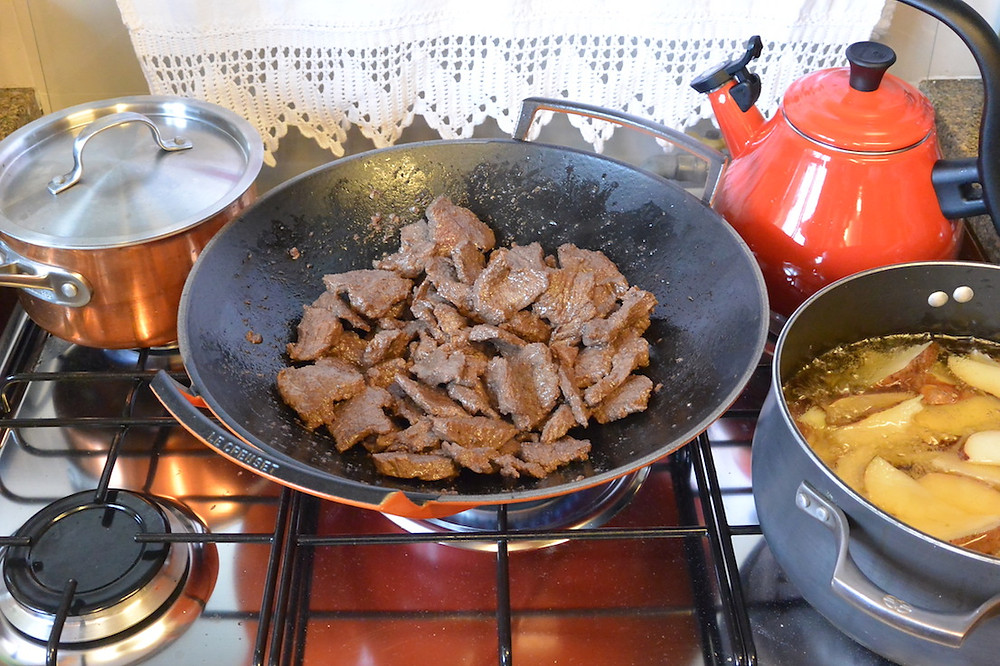 lomo saltado carne dourando.JPG