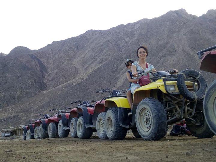Met de Quad rijden we de woestijn in