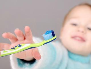 """Cómo conseguir lavar los dientes de tus hijos de 2 años sin """" dramas""""."""