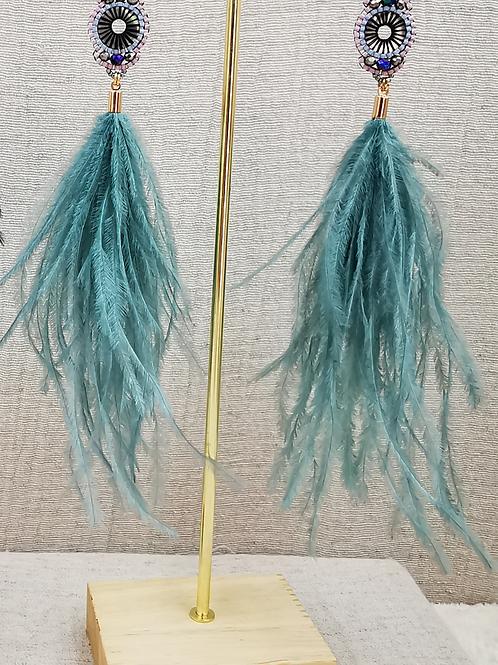 Pendiente pluma color agua con abalorio de  piedras