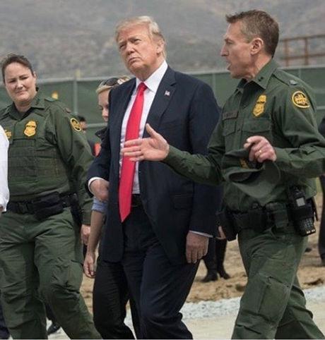 Donald_Trump_visits_San_Diego_border_wal