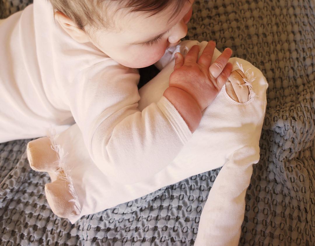 Peluche-yéti-main-bébé.jpg