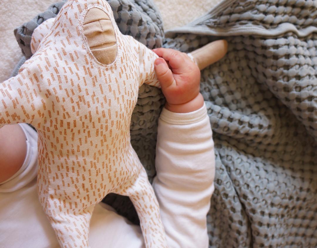 Peluche-singe-main-bébé.jpg