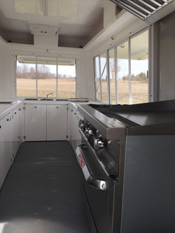 Oven/2 burner/grill cooking area