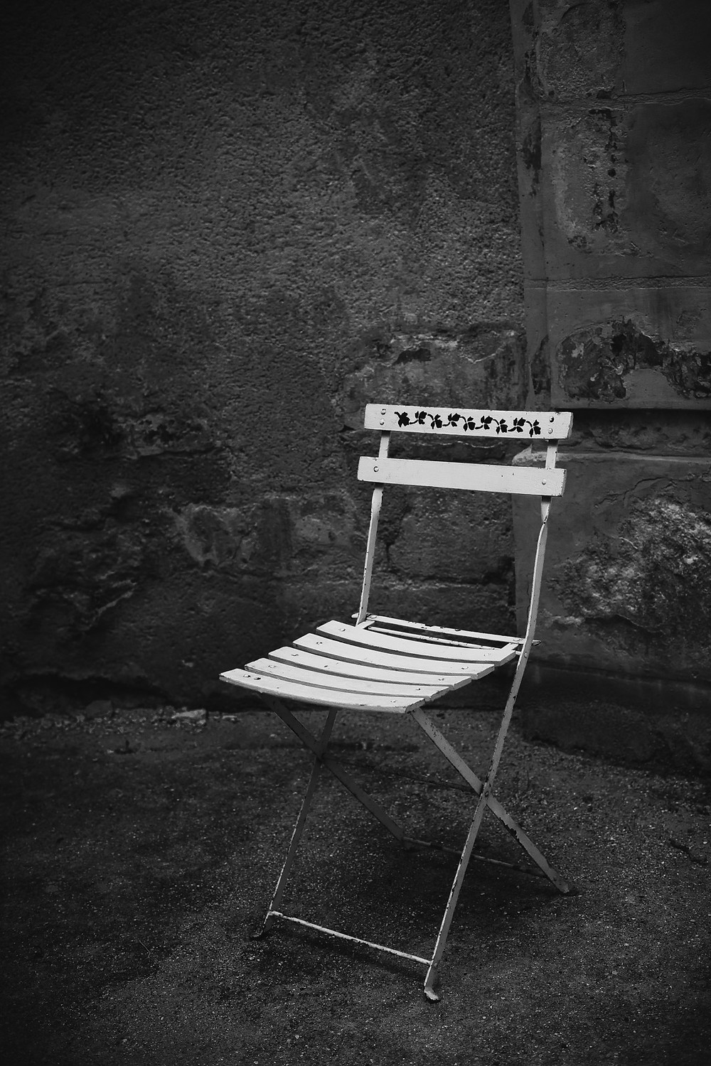 paris-photography-black-and-white-a-chair