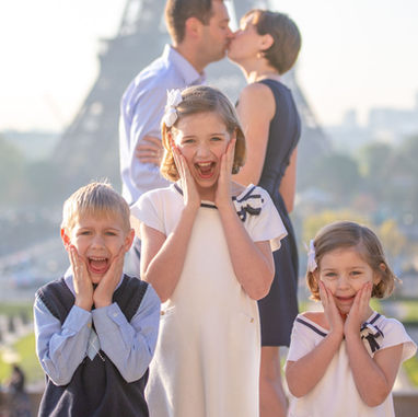 paris-family-photoshoot-kids-having-fun-parents-in-the-background