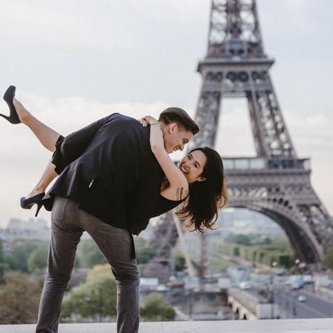 couple-photoshoot-ideas-couple-have-fun-at-eiffel-tower-trocadero