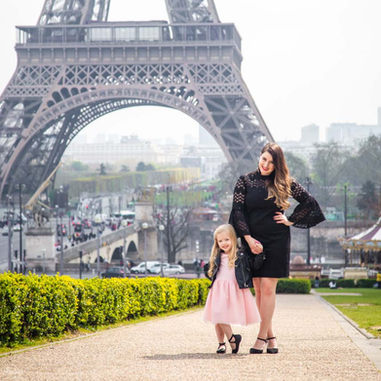 paris-family-photoshoot-mommy-and-daughter-stand-at-eiffel-tower