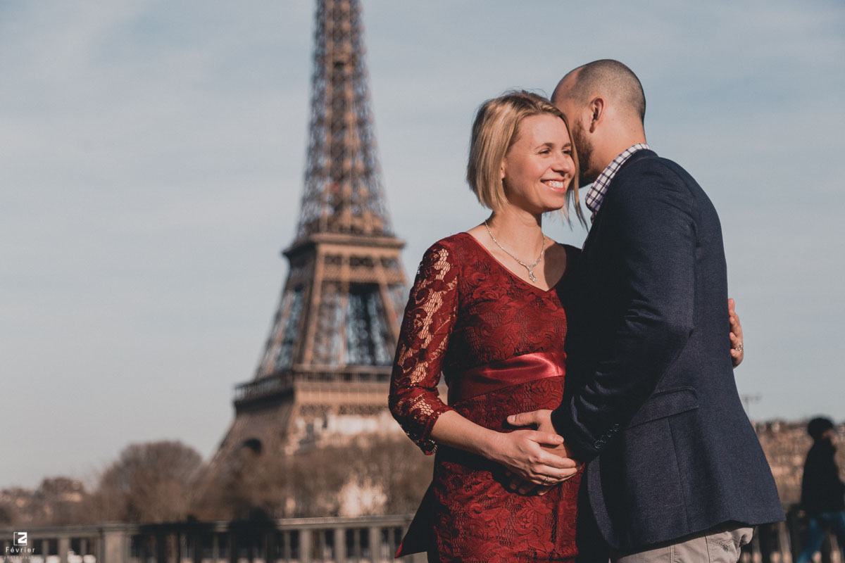 pregnancy-couples-photography-couple-smile-at-eiffel-tower-paris