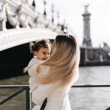 paris-family-photoshoot-mother-and-daughter-having-fun