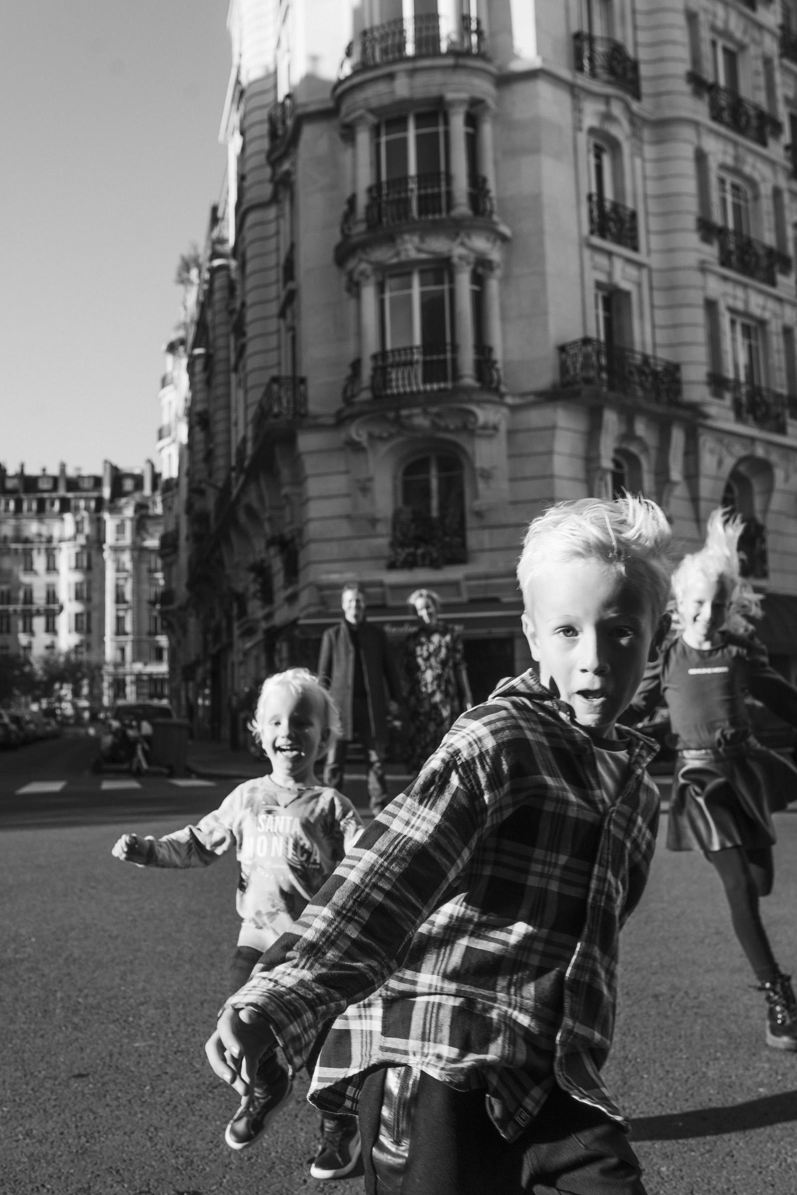 paris-family-photographer-black-and-white