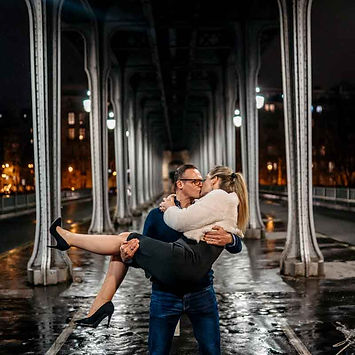 kiss-pose-couple-photoshoot.jpg