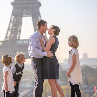 paris-family-photoshoot-kids-look-at-their-parent-cute