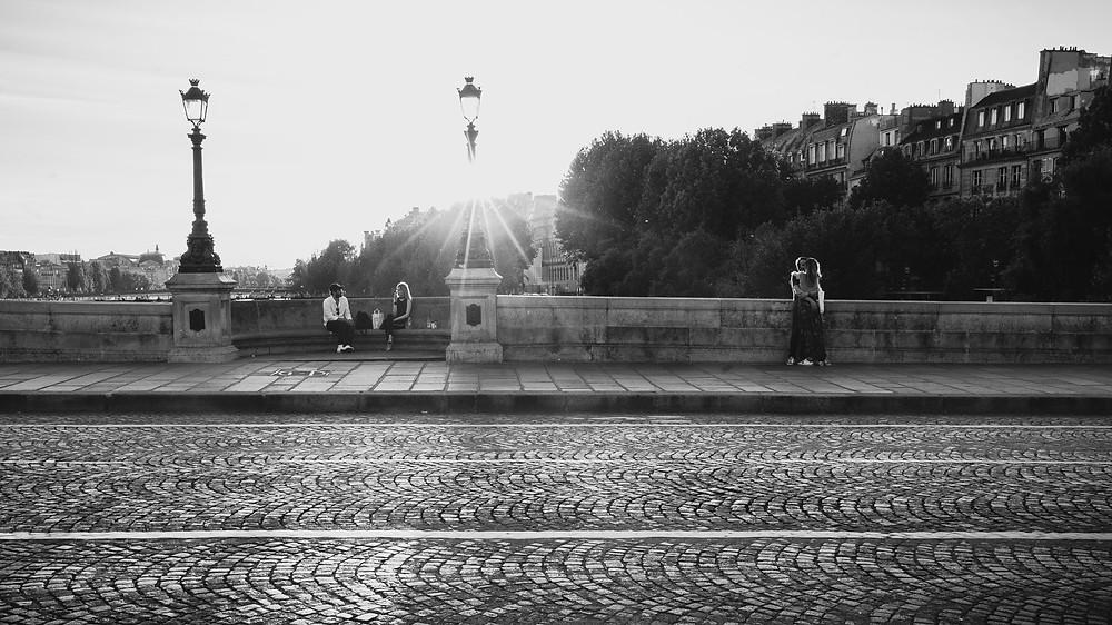 paris-photography-black-and-white-street-photo-couple