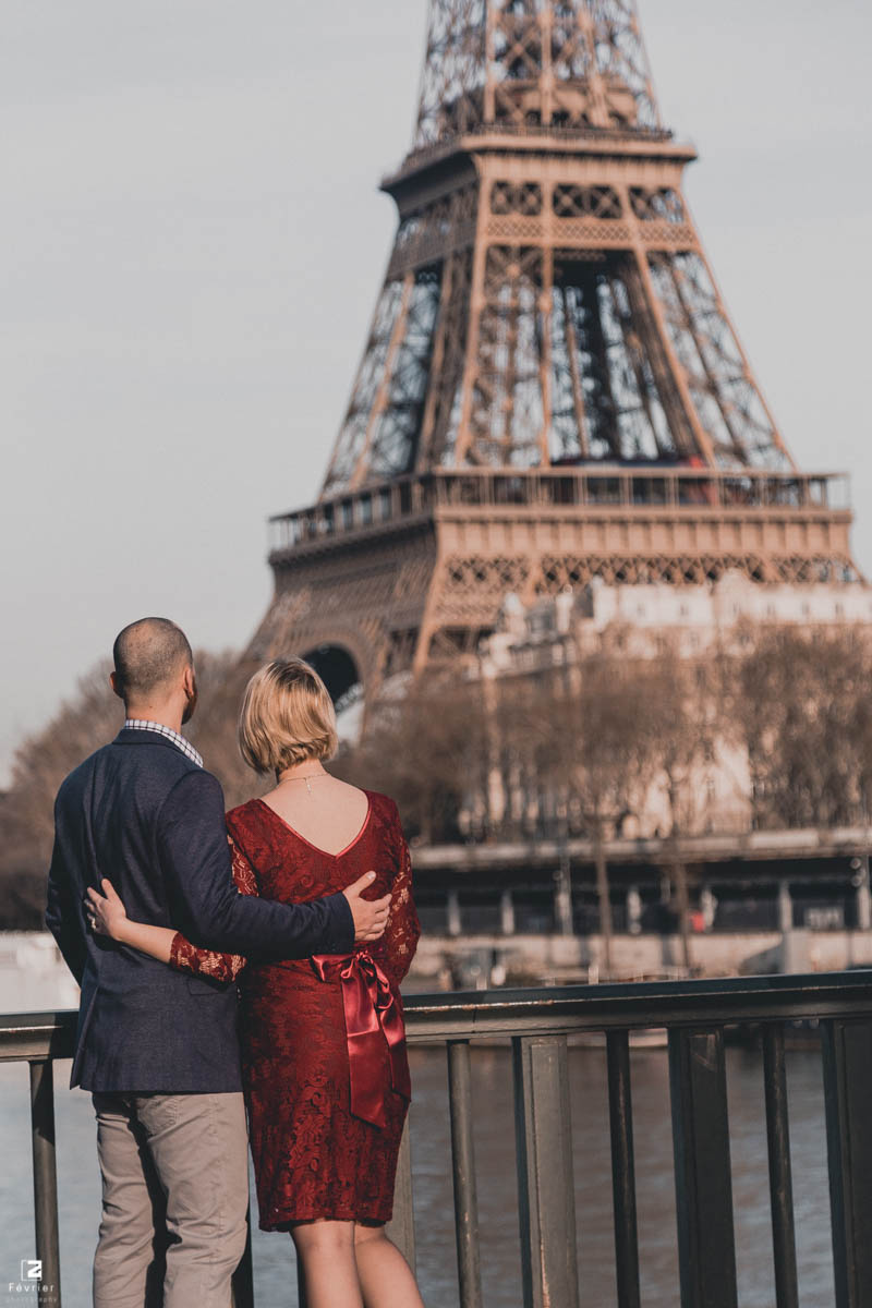 pregnancy-couples-photography-couple-look-at-eiffel-tower-paris