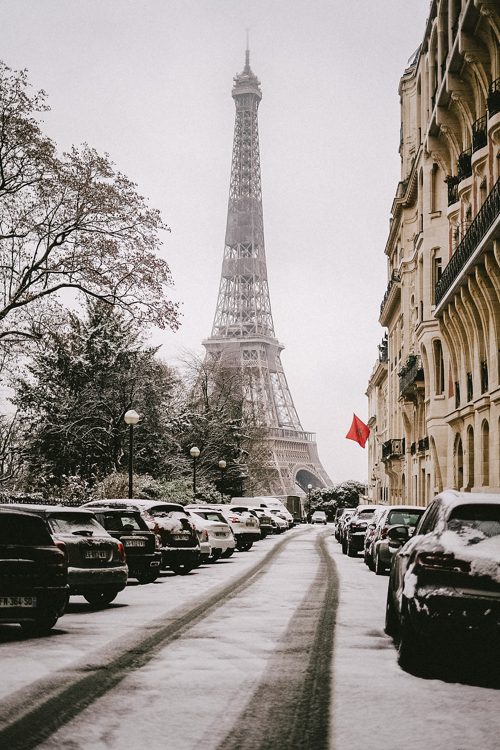 snow in paris eiffel tower 2021