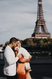 paris-photo-shoot-paris-family-photo-at-Pont-de-Bir-Hakeim-and-eiffel-tower
