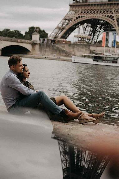 paris-engagement-couple-sit-on-the-Seine