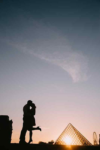 couple-poes-silhoutte-romantic-kiss.jpg