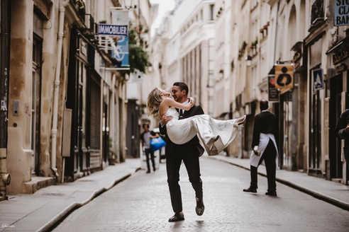 paris-photo-shoot-couple-have-fun-on-the-street-style