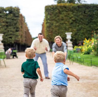 paris-family-photoshoot-sons-run-to-their-parent