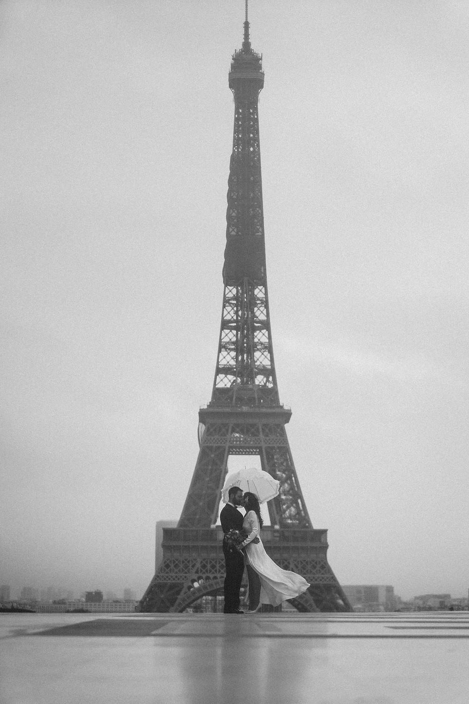 paris wedding photographer eiffel tower black and white