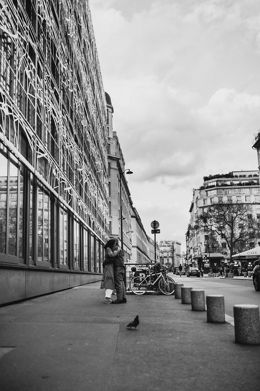 paris-photography-black-and-white-street-couple