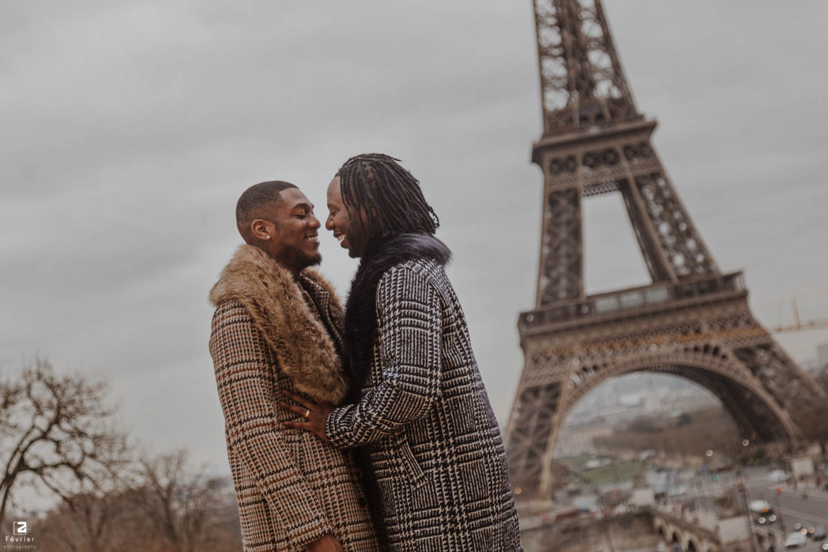 gay-photoshoot-cute-couple-look-at-each-other-at-eiffel-tower-paris