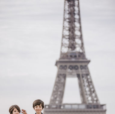 paris-family-photoshoot-brother-at-trocadero-eiffel-tower