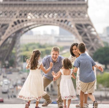 paris-family-photoshoot-kids-run-to-their-parents