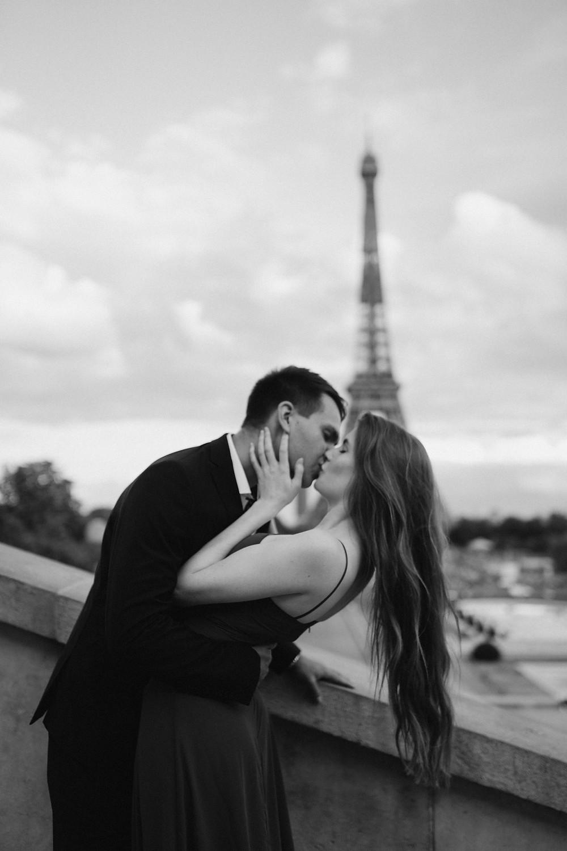 couple-photoshoot-paris-kissing-eiffel-tower