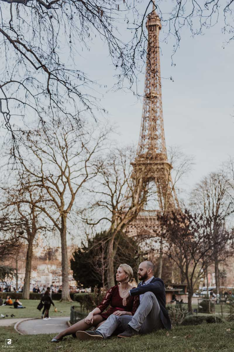 pregnancy-couples-photography-romantic-couple-sit-and-look-at-the-same-direction-eiffel-tower-paris