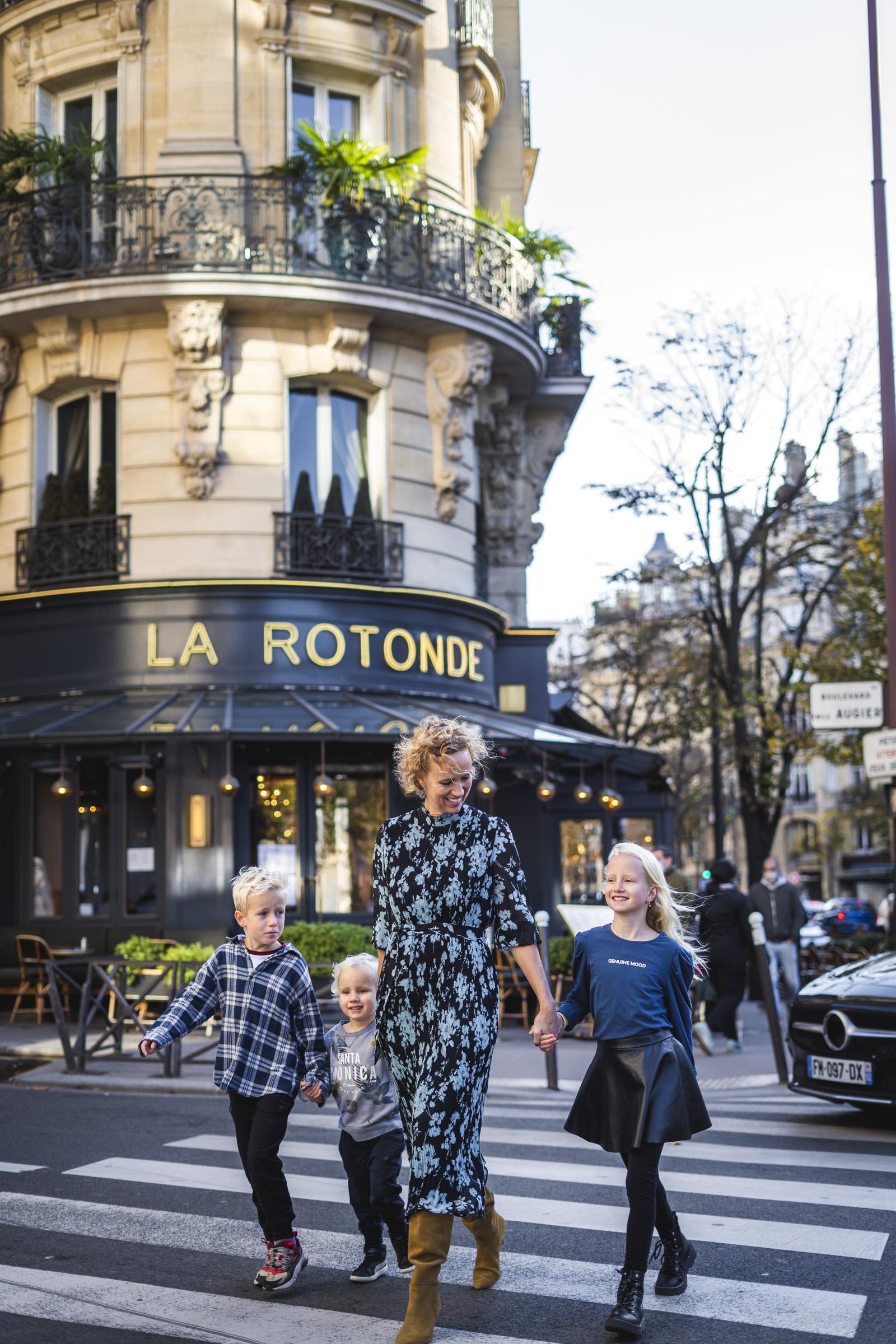 paris-family-photoshoot-street