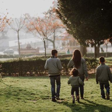 paris-family-photoshoot-kids-walking-at-sunrise