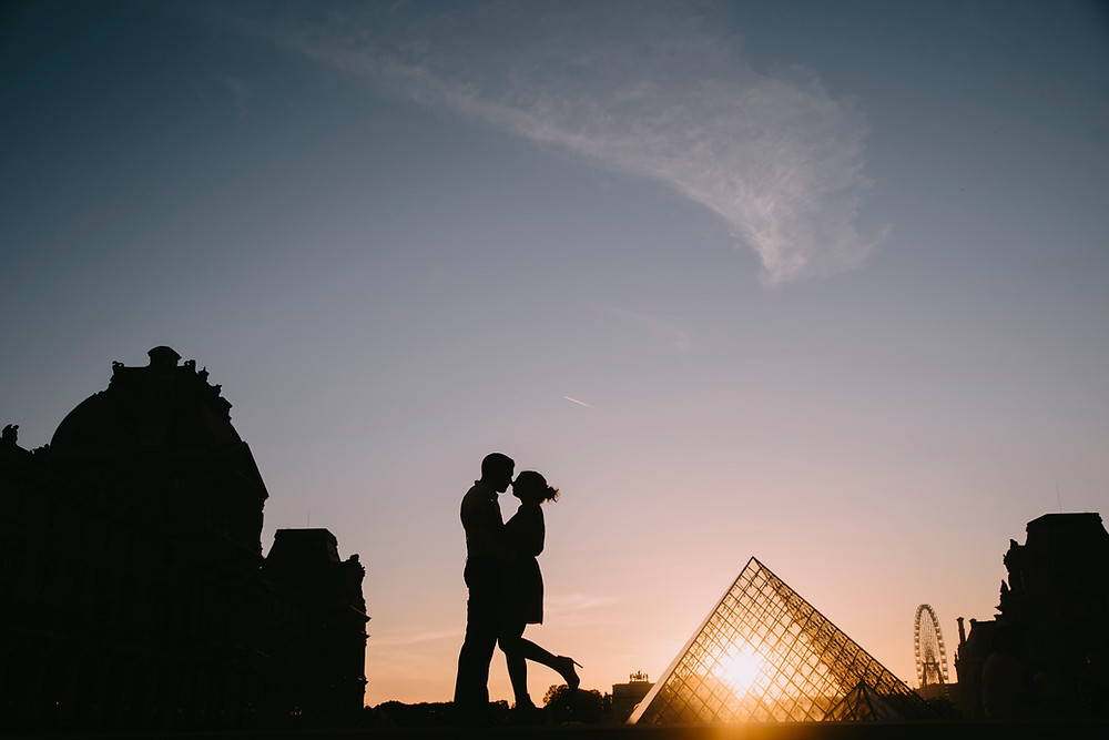 couple sunset at louvre museum