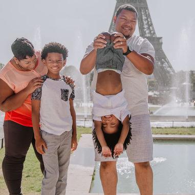 paris-family-photoshoot-family-having-fun-at-trocadero