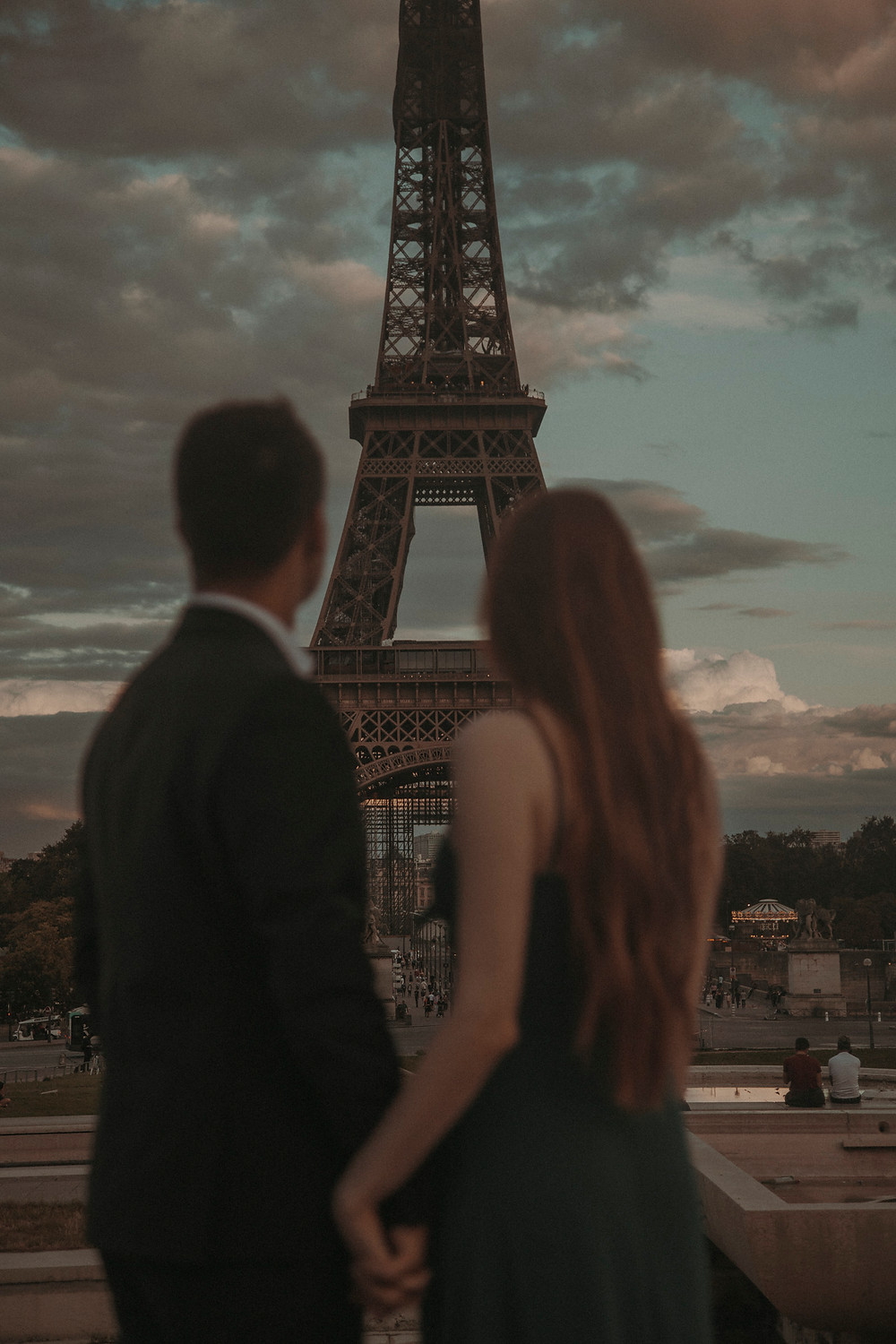 eiffel-tower-couple-holding-hand